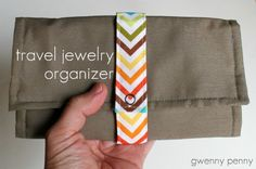 Jewelry Organizer Travel jewelry case tutorial - I would change out vinyl for silk organza, but otherwise this is a great tutorial. Sewing Tutorials, Sewing Hacks, Sewing Patterns, Craft Tutorials, Jewelry Roll, Jewelry Case, Jewelry Holder, Diy Jewelry, Gold Jewelry