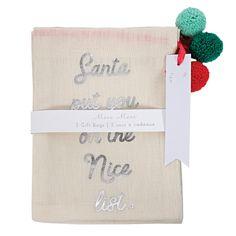 """Laadukkaat kankaiset lahjapussit, joissa """"Santa put you on the Nice list"""" -teksti. Pakkauksessa 3 kpl pusseja, joissa mukana söpöt pompom-narut ja pakettikortit. Yhden pussin koko on 15,5 × 21,5 cm."""
