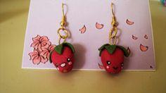 Orecchini pendenti a catena dorata con fragoline fatti a mano. Handmade eardrops with strowberries.