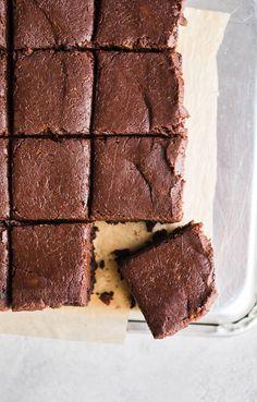 Easy Sweet Potato Brownies (Gluten-Free, Vegan) Easy Sweet Potato Brownies made with 5 ingredients for a decadent, healthier brownie. Sweet Potato Brownies Vegan, Healthy Brownies, Vegan Brownie, Brownie Recipes, Sweet Potato Dessert, Vegan Sweets, Vegan Desserts, Healthy Desserts, Vegan Recipes