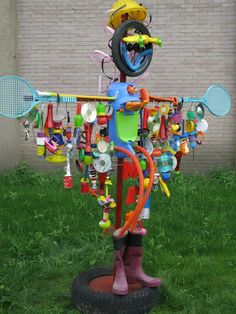 Max the scarecrow by Traceypicapica and Lavaveix nursery class.Max the scarecrow by Traceypicapica and Lavaveix nursery class. Recycled Garden Art, Recycled Art Projects, Recycled Crafts, Preschool Garden, Sensory Garden, Art For Kids, Crafts For Kids, Arts And Crafts, Scarecrows For Garden