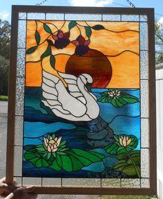 Stained Glass Swan de coucher de soleil sur un panneau de létang, mesurant environ 34 pouces de hautes x 26,25 large. Cette mesure est de