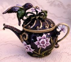 Jeweled Purple Hummingbird and Flower Teapot Shaped Enamel Hinged Trinket Box Café Chocolate, Teapots Unique, Cafetiere, Tea Pot Set, Teapots And Cups, My Tea, Vintage Tea, Trinket Boxes, Afternoon Tea