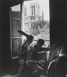 Cocktail molotov, rue du Petit Pont, Paris, 1944 // Robert Doisneau