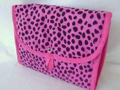 Necessaire feita em tecido dublado e com fechamento em botão de pressão. Ideal para ser levada na mala ou na bolsa, também pode ser usada como porta maquiagem ou porta trecos.
