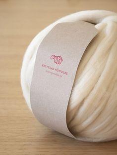 Detalle de ovillo de lana merino