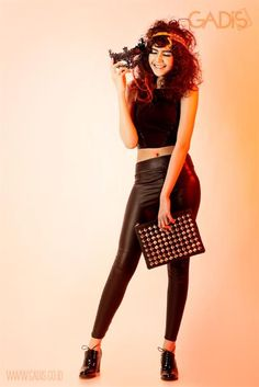 Latex legging always makes you on the spotlight! Try it on with cropped top and ankle boots. The party is on!