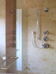Interior de ducha con piedra caliza Solnhofen Praia, tipo mármol