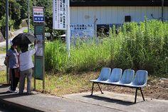 バスの待合室で何度も見た記憶のある椅子。
