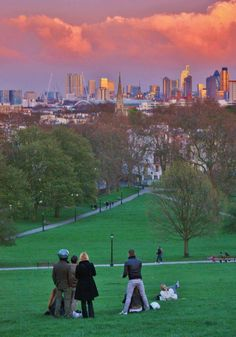 Primrose Hill, Camden, just north of Central London. Beautiful Park with an amazing view of London. A wonderful place for a picnic. :) One of my favorite spots in London near my old flat. London Calling, Uk Capital, Beautiful Park, Beautiful London, London Places, Things To Do In London, Abbey Road, Parcs, London Travel