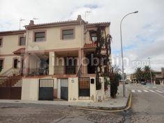 Chalet adosado en la localidad de Bargas (Toledo) con 192 m² repartidos en 2 alturas con 4 habitaciones, 2 baños completos, salón comerdor y cocina.