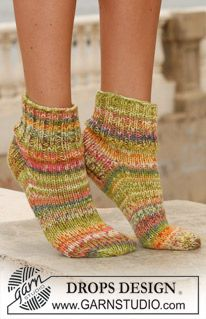 "Citrus Wedges - Short DROPS socks with rib in 2 threads ""Fabel"". - Free pattern by DROPS Design Knitting Stitches, Knitting Socks, Knitting Patterns Free, Knit Patterns, Free Knitting, Free Pattern, Drops Design, Crochet Socks, Knitted Slippers"