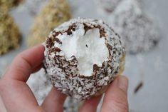 Skumboll, kokosboll, kokostopp och gräddbulle - ja, det finns hur många namn som helst för denna godsaken. Gräddbullar (som jag kallar dom!) är riktigt gott och för första gången idag gjorde jag egna…