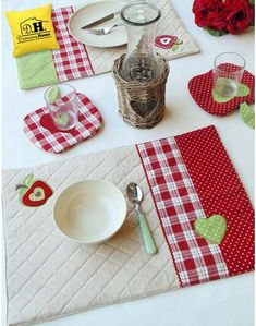Tovaglietta americana Imbottita Angelica Home & Country Collezione Mele… These are just gorgeous. Mug Rug Patterns, Quilt Patterns, Sewing Patterns, Table Runner And Placemats, Quilted Table Runners, Quilting Projects, Sewing Projects, Recycler Diy, Place Mats Quilted