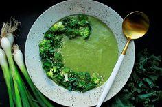 Jemný brokolicový krém zdobený konopnými semínky přiměje i zaryté odpůrce brokolice k druhé šanci. Vynikající polévka i za studena do horkých dní. Vyzkoušejte! Palak Paneer, Ethnic Recipes, Food, Essen, Meals, Yemek, Eten