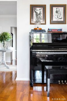 Exclusive: Tour Margo & Me's Chic Hollywood Home via Large shiny black piano. Piano Living Rooms, Living Spaces, Dining Room, Upright Piano Decor, Fresco, Piano Room Decor, Domaine Home, Painted Pianos, Black Piano