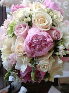 Flors Montcada.  Ramo mod.  Sara. Peonias, rosas, , bouguardia, hortensias y esustomas.