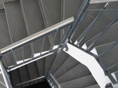 Stylisches Bild vom Treppenaufgang - hier gibt es aber auch einen Aufzug von der Tiefgarage in jede Etage - also auch seniorengerecht.