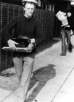 David Bowie smoking, carrying a typewriter. Is there ANYTHING not awesome about this image? <3