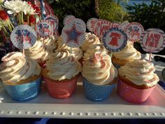 4th of July Cupcakes with recipe and links to free printable cake wrappers and picks