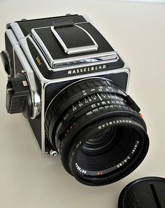 Vintage Cameras Hasselblad - Want to know how an art connoisseur (and occasional auctioneer) lives? Check out the most important things to this world traveler Old Cameras, Vintage Cameras, Camera Gear, Film Camera, 35mm Film, Photography Camera, Pregnancy Photography, Photography Tips, Street Photography