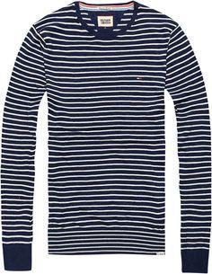 Gerade geschnittener Pullover mit tiefem Rundhalsausschnitt. Das TOMMY striped von Hilfiger Denim überzeugt mit schmalen Streifen und eingesticktem Flag-Label auf der Brust. 100% Baumwolle...