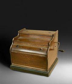CELESTINA La caja de la Celestina, así como la de otros instrumentos similares que tienen nombres diversos (Melodía, Symphonian, etc.), es característica y similar a la de un pequeño bureau (36 x 40 x 33,5 cms.). La tapa, que se abre hacia atrás, cubre el mecanismo neumático de un organito en el que 20 notas producidas por lengüetas libres suenan alternativa o conjuntamente al leer un rollo de papel en el que se ha codificado una melodía. Una manivela, situada en el lateral derecho de la…
