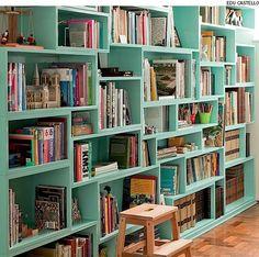Para conseguir guardar livros de diferentes alturas, a arquiteta Yara Pereira desenhou a estante com nichos irregulares, mas todos com 25 cm de profundidade.