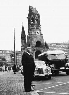 Alfred Hitchcock vor der Berliner Gedächtniskirche während einer Promotion-Tour für PSYCHO, Berlin 1960. Foto: Mario Mach, Berlin