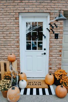 DIY Halloween Door Mat + Front Porch More from my site Spooky DIY Halloween Front Porch Decorating Ideas This Fall Yard Monsters! Halloween Veranda, Casa Halloween, Holidays Halloween, Happy Halloween, Outdoor Halloween, Halloween Party, Halloween Season, Halloween Projects, Diy Projects