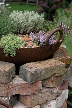 14 design ideas for brick flower beds that you can replicate immediately - Gar . , 14 design ideas for brick flower beds that you can replicate immediately - garden decor brick flower bed bed # Brick Garden Crafts, Diy Garden Decor, Garden Projects, Brick Projects, Brick Crafts, Balcony Decoration, Outdoor Garden Decor, Garden Decorations, Indoor Garden
