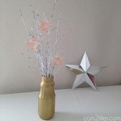Une décoration de noël originale et récup ! Un petit arbre en branches customisé avec des petites étoiles dans un joli vase doré.