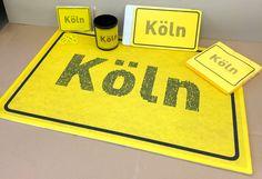 Solange der Vorrat reicht: 1 Köln - Set -> jetzt nur 23,80 EUR zzgl MwSt (bestehend aus): 1 x Fussmatte 2 x Frühstücksbrettchen 1 x Tasse 1 x Kühlschrankmagnet 1 x Servietten Hier abgebildete Artikel auch einzeln erhältlich (bitte fragen Sie an: info@solution-cologne.de) Company Logo, Tech Companies, Home Decor, Dinner Napkins, Magnets, You're Welcome, Projects, Decoration Home, Room Decor