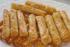 Σιροπιαστά Ρολά Με Αμύγδαλο Greek Sweets, Greek Desserts, No Cook Desserts, Sweets Recipes, Greek Recipes, Fun Cooking, Cooking Recipes, Greek Pastries, Greece Food
