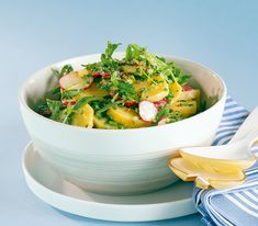 Da man die Kartoffeln nicht abkühlen lässt, ist dieser Salat schnell zubereitet. Und durch die leichte Sauce ist er auch herrlich bekömmlich.