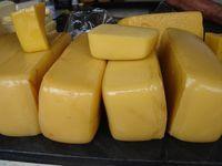 RECEITA DE QUEIJO DE MANTEIGA O queijo de manteiga é um queijo artesanal feito nas fazendas dos pequenos criadores de gado do sertão nordestino. Fazê-lo requer uma preparação anterior. Mais uma vez quem vai nos ensinar como preparar este autêntico queijo é Abigail Nunes. Para fazer 1 kg de queijo foram usados dez litros de…