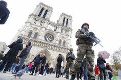 O #turismo em #Paris, uma das cidades mais visitadas do mundo, começa a dar os primeiros sinais de recuperação após os atentados terroristas do último dia 13. Foto: Yves Herman/Reuters.