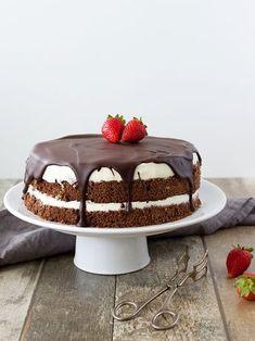 Míša dort jsem dělala už několikrát a vždycky měl velký úspěch. Pokud není moc času a nápadů na jiný dort, sáhnu po něm. Je totiž poměrně ry... Food Cakes, Cupcake Cakes, Cupcakes, Sweet Recipes, Cake Recipes, Tiramisu, Ham, Mousse, Cake Decorating