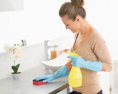 Nettoyant  Désinfectant  nettoyant désinfectant  Versez le vinaigre blanc dans votre pulvérisateur, à l'aide d'un entonnoir. Ajoutez-y l'huile essentielle de citron. Agitez le flacon avant chaque utilisation. Pulvérisez ce nettoyant sur la surface à désinfecter, laissez agir quelques minutes et essuyez avec un chiffon doux. Ingrédients  50 cl de vinaigre blanc 10 gouttes d'huile essentielle de citron