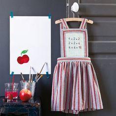 Tablier cousu pour enfant comme un robe avec tables de multiplication brodées au point de croix