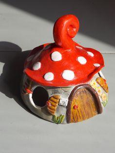 casetta in argilla fatta e dipinta a mano