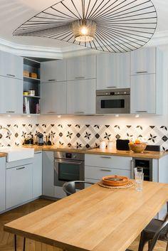 jolie cuisine gris perle et bois (Ikea veddinge) et crédence en carreaux de…