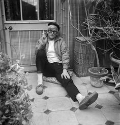 David Hockney by Cecil Beaton, March 1965 - bromide print (National Portrait Gallery, London) David Hockney, Pop Art Movement, Cecil Beaton, Portraits, National Portrait Gallery, Famous Artists, Artist At Work, Style Icons, Men's Style