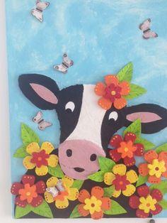 Koe gemaakt van piepschuim en een verharder. De vlinders en de bladeren zijn gemaakt van papier.