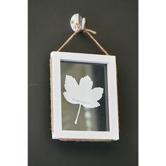 De mooiste bladeren zijn speciaal voor u geselecteerd en in deze mooie wit kleurige lijst bewaard. De lijst is omringd met gevlochten natuurtouw waaraan de lijst opgahangen kan worden. Verkrijgbaar in twee verschillende varianten.