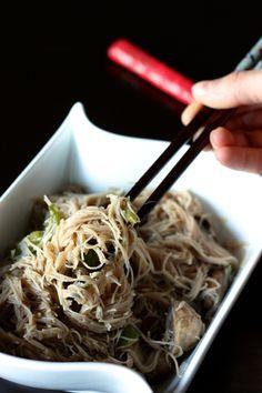 Vermicelles de riz sautés à la sauce soja, poivrons et champignons | Cuisine en scène - CotéMaison.fr