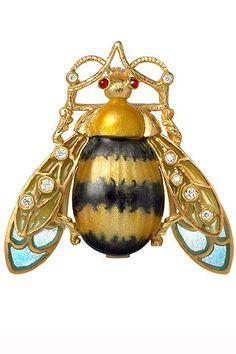 Otra versión del broche abeja de Masriera con esmaltes al fuego y diamantes talla brillante.