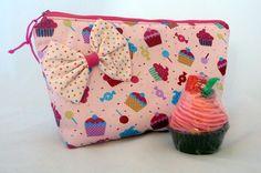 ****PRONTA ENTREGA****  Um lindo kit para os fãs de cupcakes.  Necessaire confeccionada em tecido100% algodão, estruturada com manta acrílica, fecha por zíper, forro em tecido de algodão. Contém laço decorativo não removível. Dimensões aproximadas: 26cm (largura) x 16cm (altura) x 8cm (profundidade)  Acompanha a necessaire um lindo sabonete em formato de cupcake (By Shiboneteria) com cheirinho de morango.   Ideal para presentear ou se presentear. R$33,00