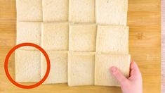 Take 12 Slices Of Bread & Roll Them Flat. No Bake Snacks, Snacks Für Party, Glace Cake, Pollo Alfredo, Nutella Rolls, Garlic Rolls, Nutella French Toast, Bon Ap, Pizza Sandwich
