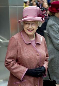 スモークピンク エリザベス女王のカラフルな衣装